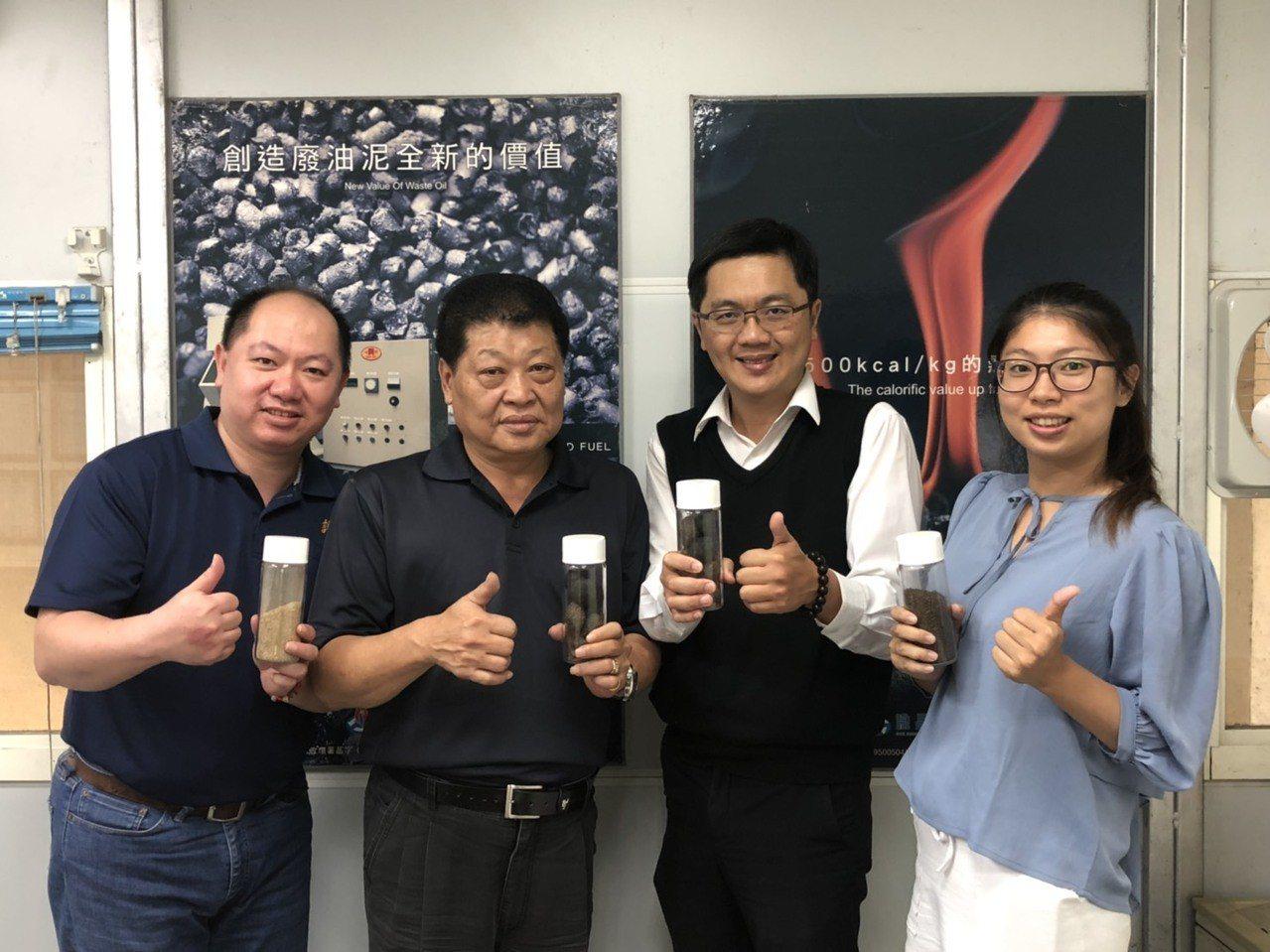 中華醫事科大教授郭益銘(右二)與業者團隊成功將生質廢油提煉成高熱能燃料,展示成品...