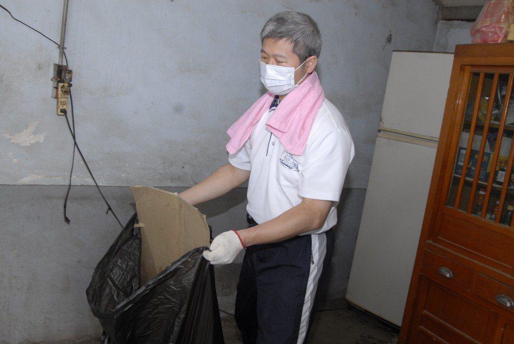 陳金城副院長參與打掃慈濟感恩戶活動。圖/大林慈濟醫院提供