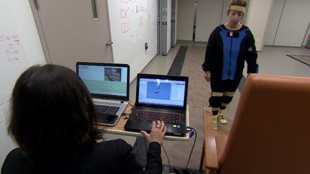 研究人員用患者身上穿戴的感應器監視患者改善的情況。法新社