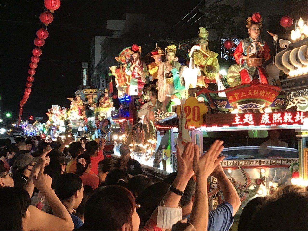 五彩繽紛的藝閣車是遊客最愛。記者蔡維斌/存檔照片