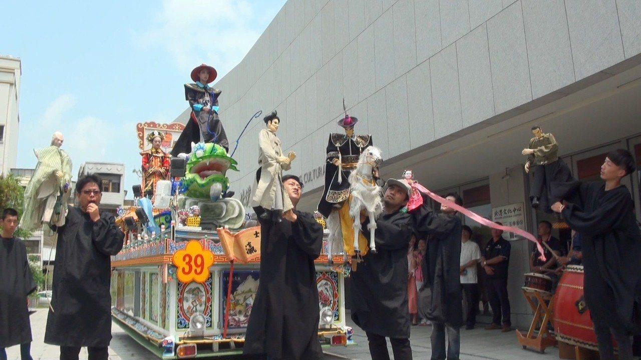 今年藝閣加入雲林布袋戲元素,戲團在藝閣前一邊遊行一邊把藝閣的故事演出來,宛如行動...