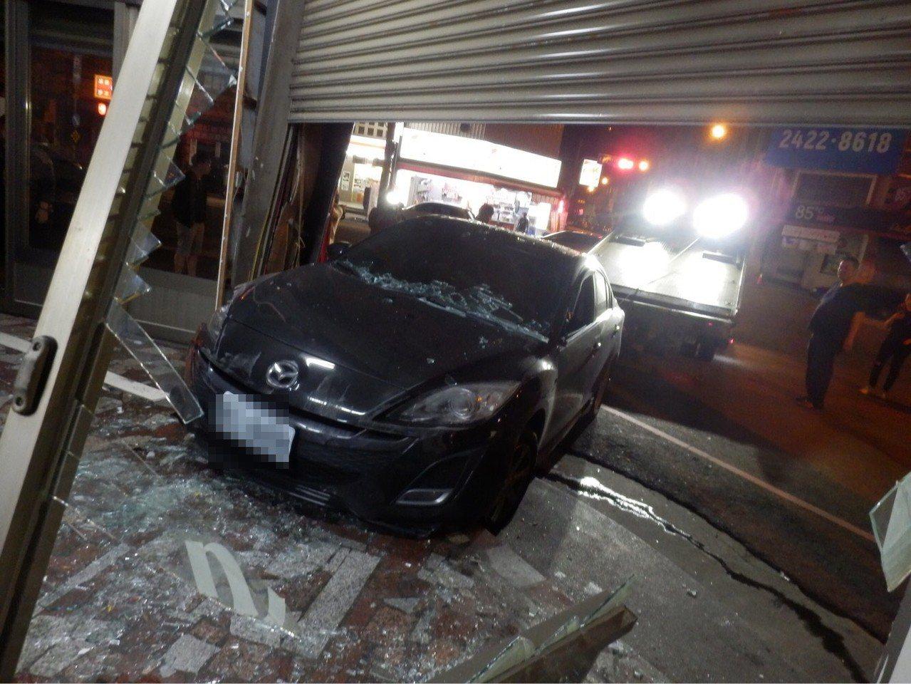 江男駕車疑似失速衝進三媽臭臭鍋內,撞毀一樓店面鐵捲門、玻璃大門,作生意用的鍋具撒...