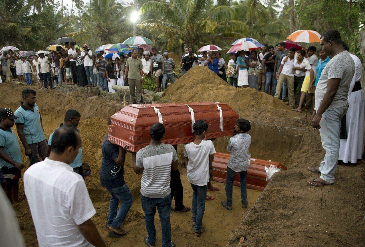 斯里蘭卡多間教堂與飯店21日復活節遭自殺炸彈攻擊,罹難者家屬22日舉行喪禮。美聯...
