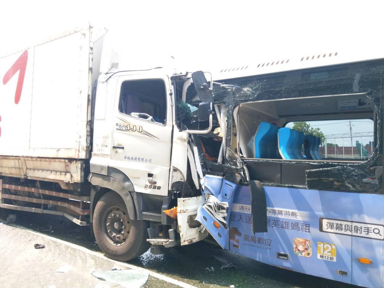 台中市沙鹿區今天早上發生連環撞車,公車被夾在聯結車和大貨車間,3人受傷。記者游振...