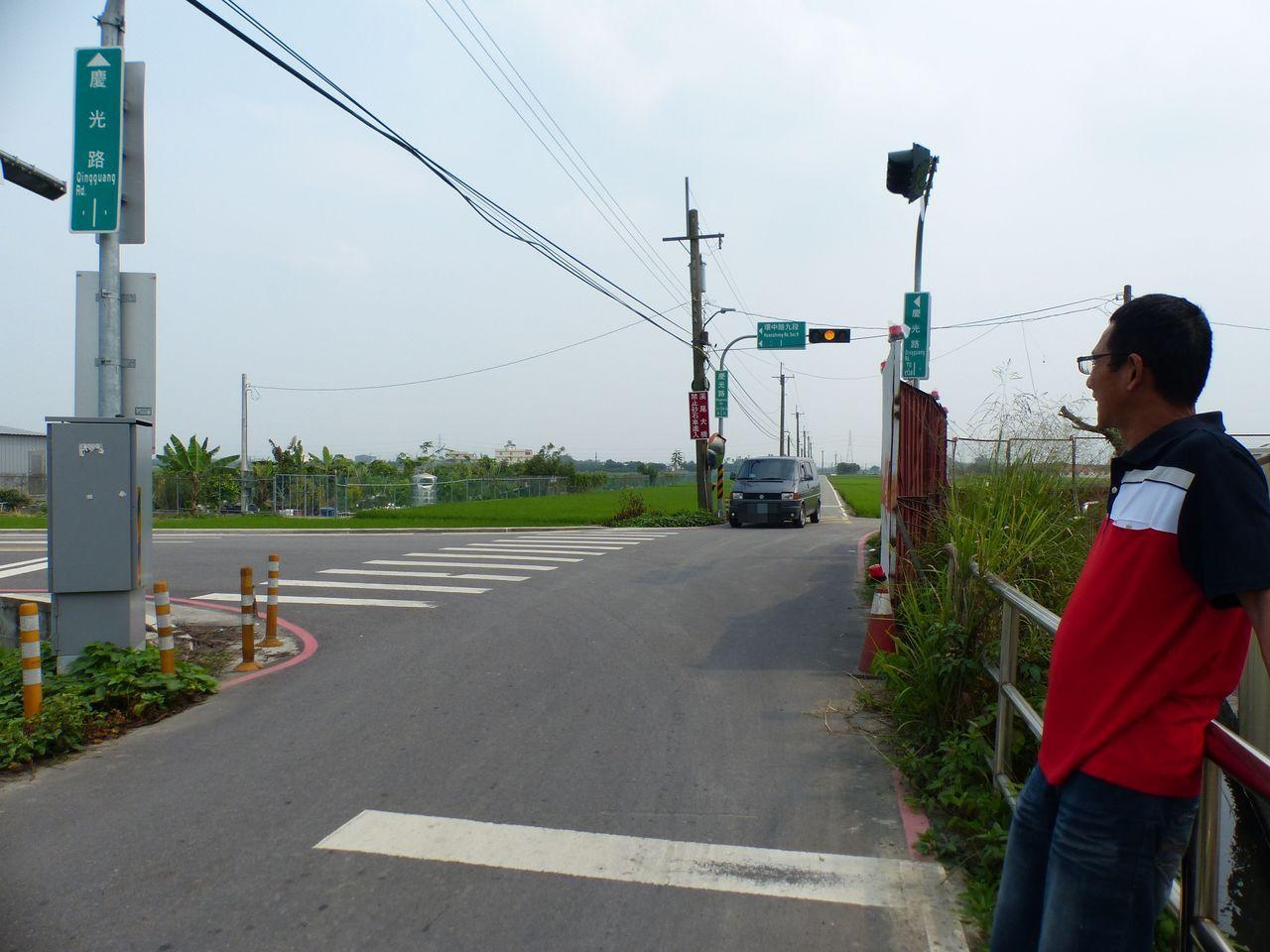 張姓市民說明,溪尾大橋下橋連通的慶光路,因寬度不足四米,會車不易,常有遊客不熟路...