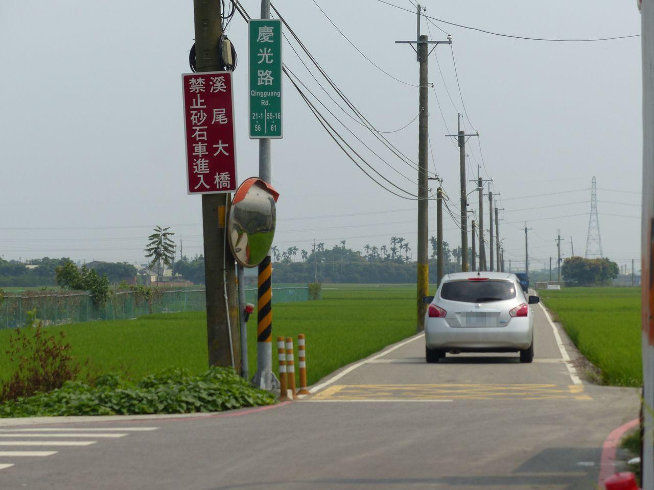 台中市烏日區溪尾大橋連通的慶光路,因寬度不足四米,會車不易。記者趙容萱/攝影