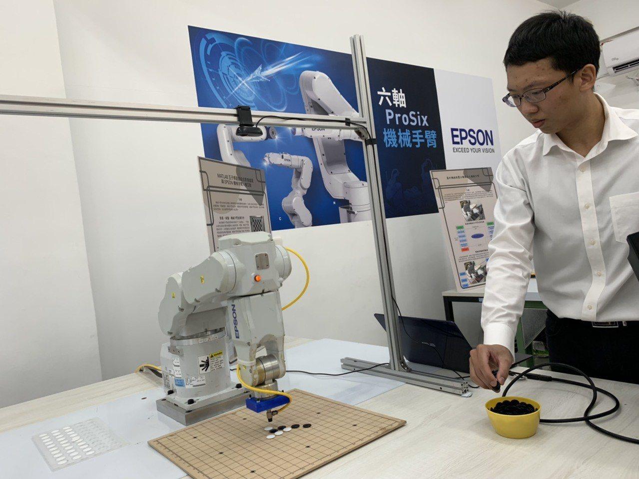 Epson捐贈台科大機械手臂 台科大、和碩、Epson攜手培育高階自動化人才。圖...