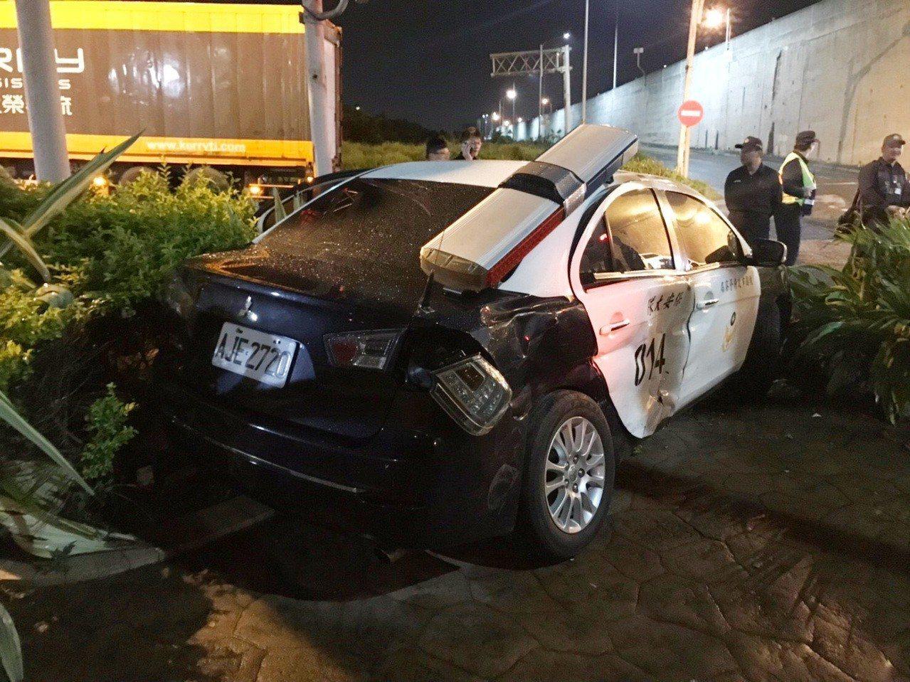 桃園市警局保安警察大隊警車疑因看錯號誌,與大貨車發生車禍撞擊,造成3警輕傷,大貨...