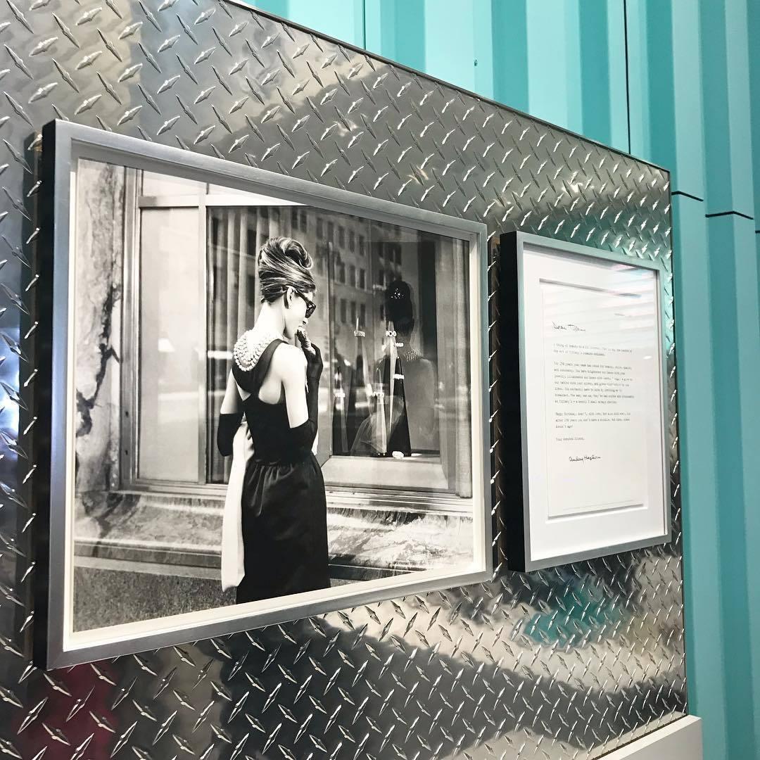 品牌還在店內裝飾了當初奧黛莉赫本在電影中,望向Tiffany&Co.紐約旗艦店的...