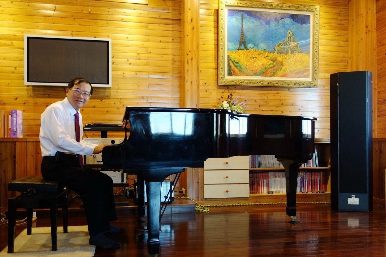 66歲仁醫張兆榮喜歡音樂,成立新營愛樂協會,創辦市民廣場並將診所頂樓打造成小型演...