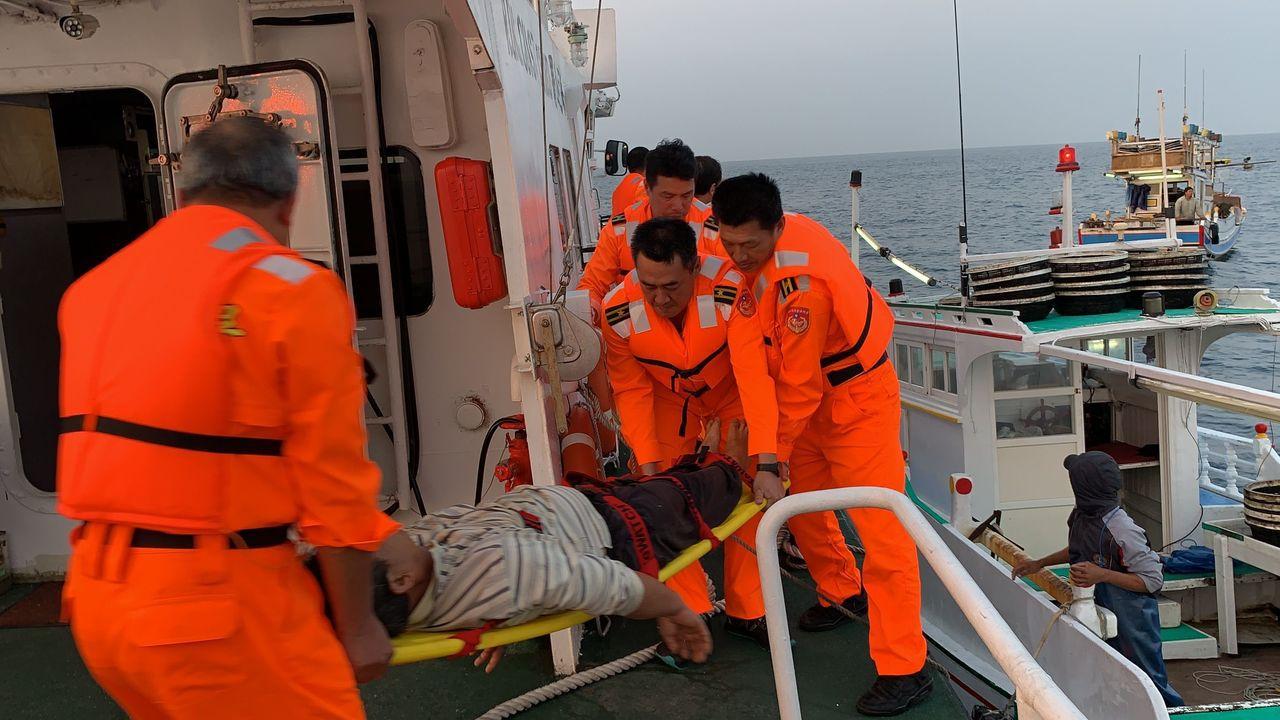 澎湖海巡隊今天清晨將昏迷的漁船船長,接駁上海巡艇。記者林保光/翻攝