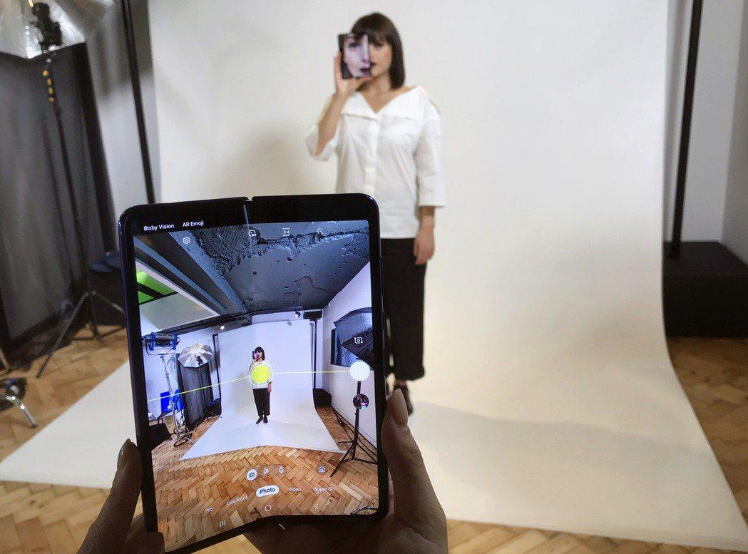 三星22日宣布摺疊手機Galaxy Fold延後上架。圖為三星16日在倫敦記者會...