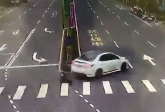 吳姓男子開完槍迅速開車逃逸,沒多久卻發生車禍。記者林昭彰/翻攝