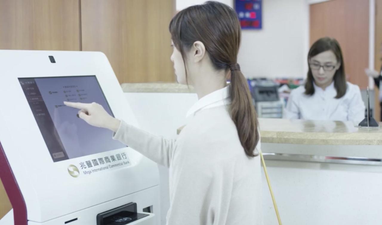 兆豐銀行智慧櫃員機(STM)開戶實景。圖/兆豐銀行提供