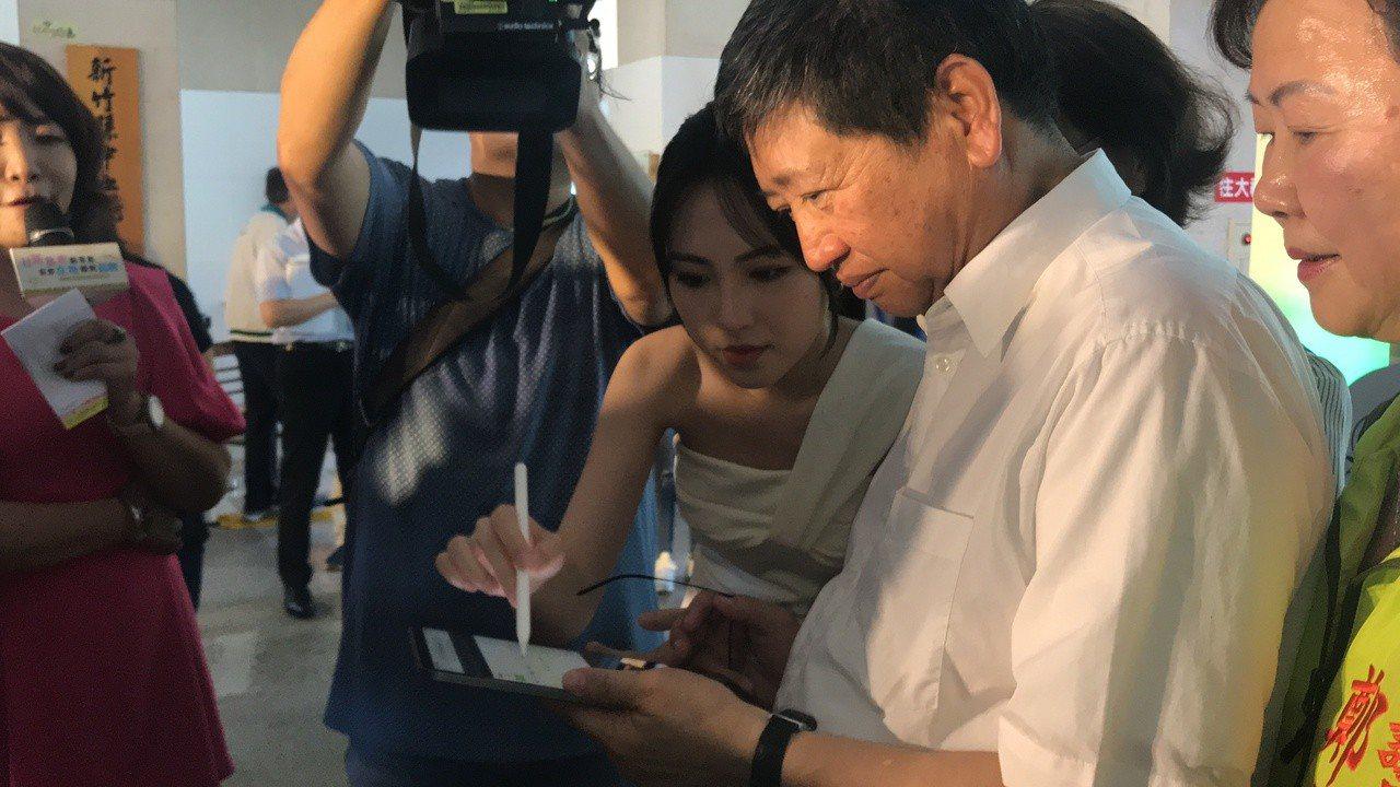新竹縣長楊文科記者會結束後,當場示範在網路上訂竹選便當。記者郭政芬/攝影
