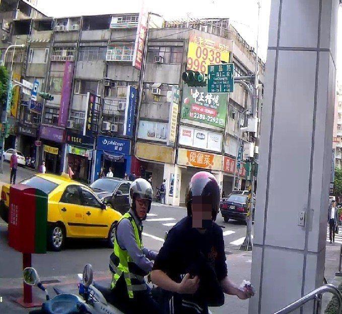 警方護送曾姓男子就醫。圖/記者廖炳棋翻攝