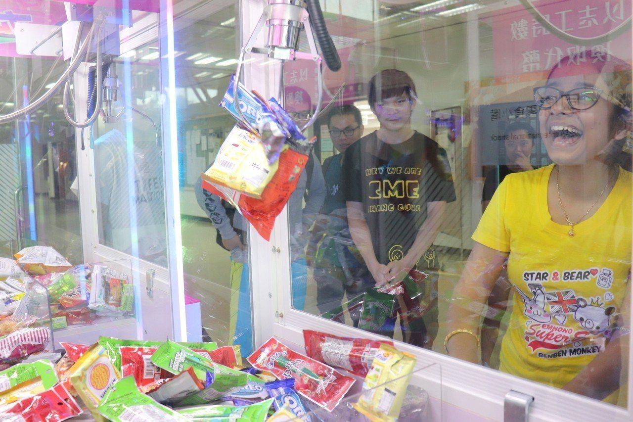 為鼓勵學生主動投入志工服務,長庚大學於校內設置「夾夾樂」機器,擺放各國糖果、餅乾...