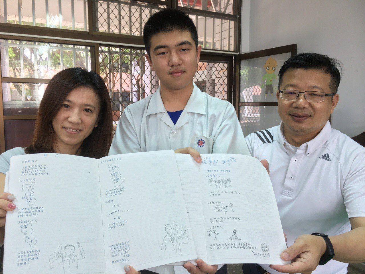 雲林縣淵明國中三年級學生鍾博宇(中)經常以繪圖方式做筆記,幾張圖就能清楚解釋冗長...