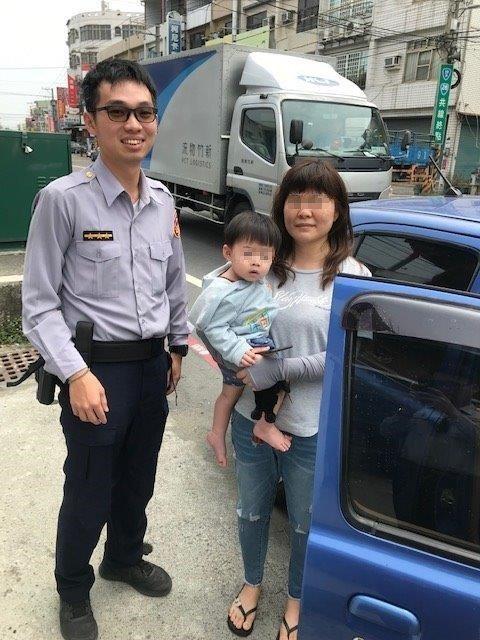 一位媽媽抱著小孩報案找手機,原來手機就在車內,根本沒有搞丟。記者徐白櫻/翻攝