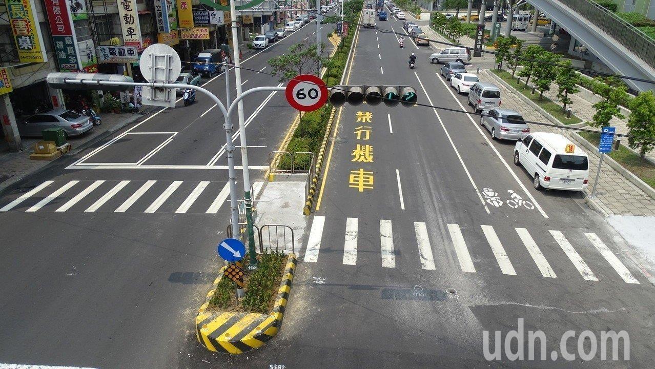 交通部公路總局在全台各地檢視危險路口,並選在彰化縣員林市台一線試辦「Z字型行人兩...