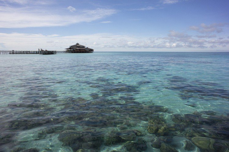 東姑阿都拉曼國家公園清晰可見底的湛藍海域。圖/馬來西亞觀光局提供