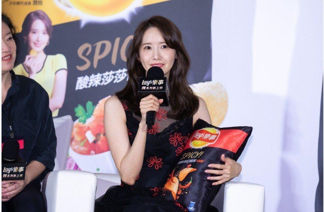 潤娥抱著產品抱枕。記者李姿瑩/攝影