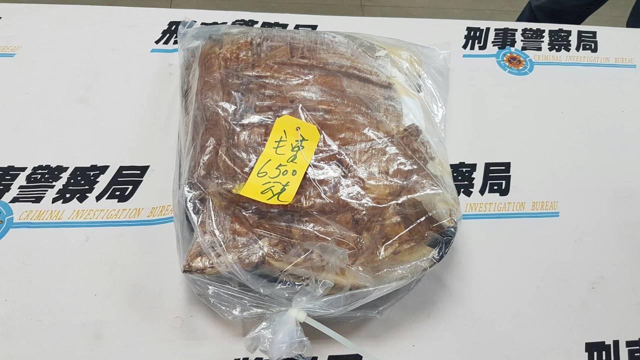朱姓女子從泰國搭機返台,在托運行李箱夾藏6.5公斤K他命,以檀香味紙張包裹毒品,...
