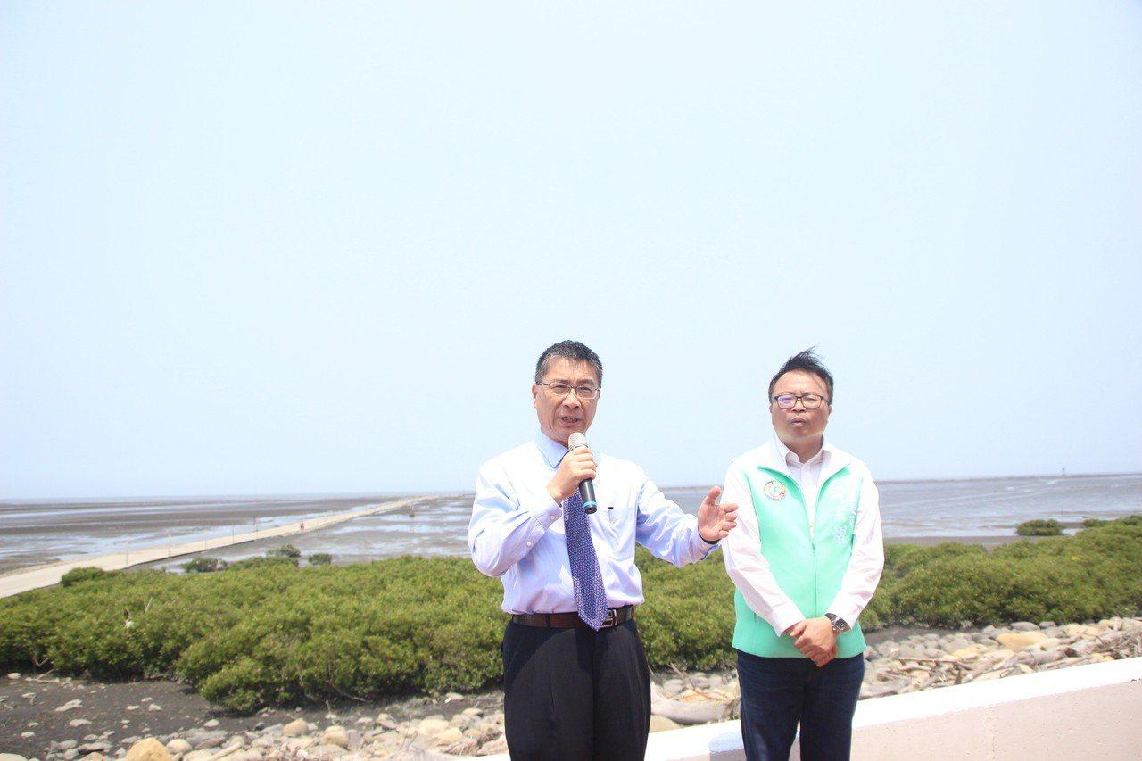 內政部長徐國勇(左)今天到彰化了解彰化溼地現況。