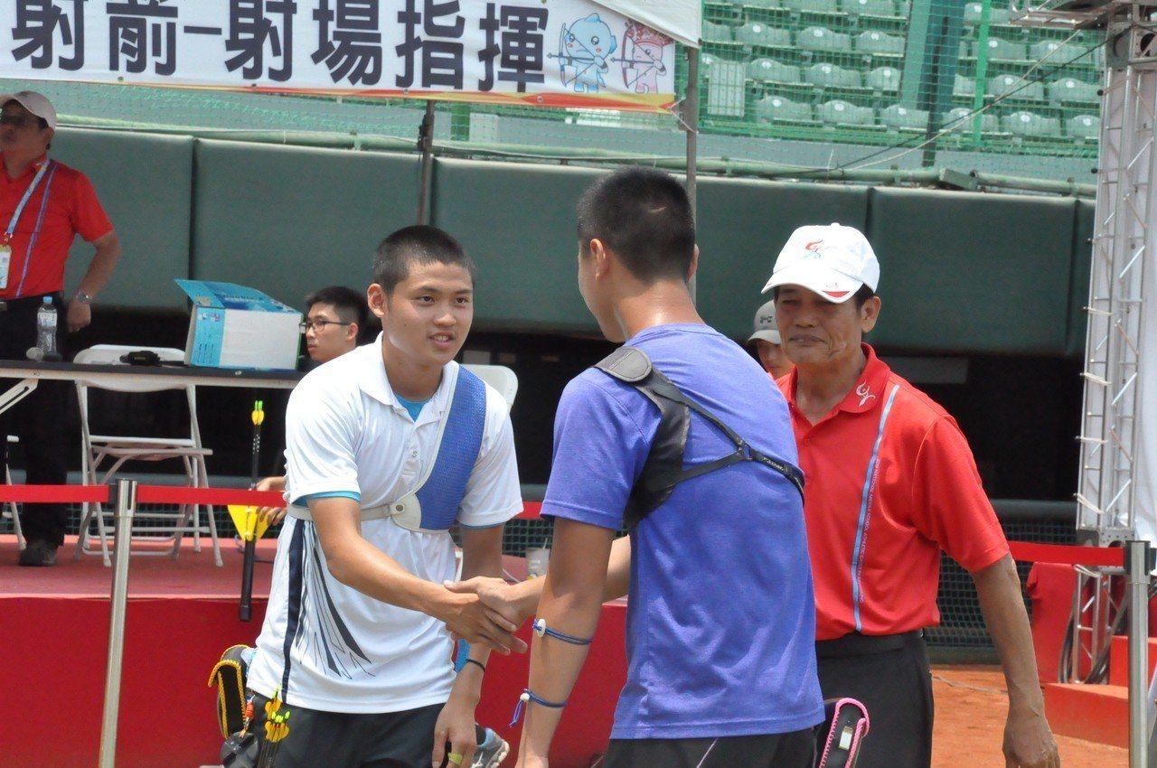 湯智鈞(左)射下金牌,拿下個人第2面高男個人賽金牌。記者曾思儒/攝影