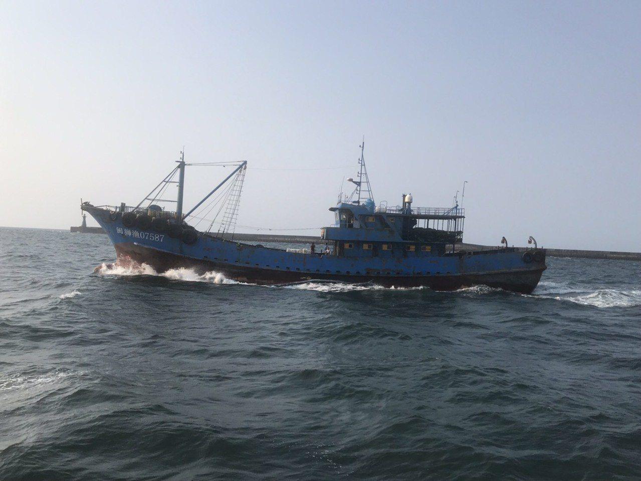 大陸漁船越界捕魚,被海巡署人員帶回,今天驅逐出境。圖/台中海巡隊提供