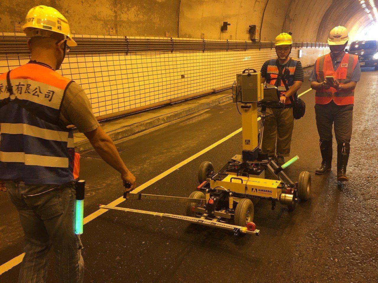 蘇花公路隧道健檢,公路總局引進影像掃描儀檢查外,再安排健檢,健檢期間,交通管制。...