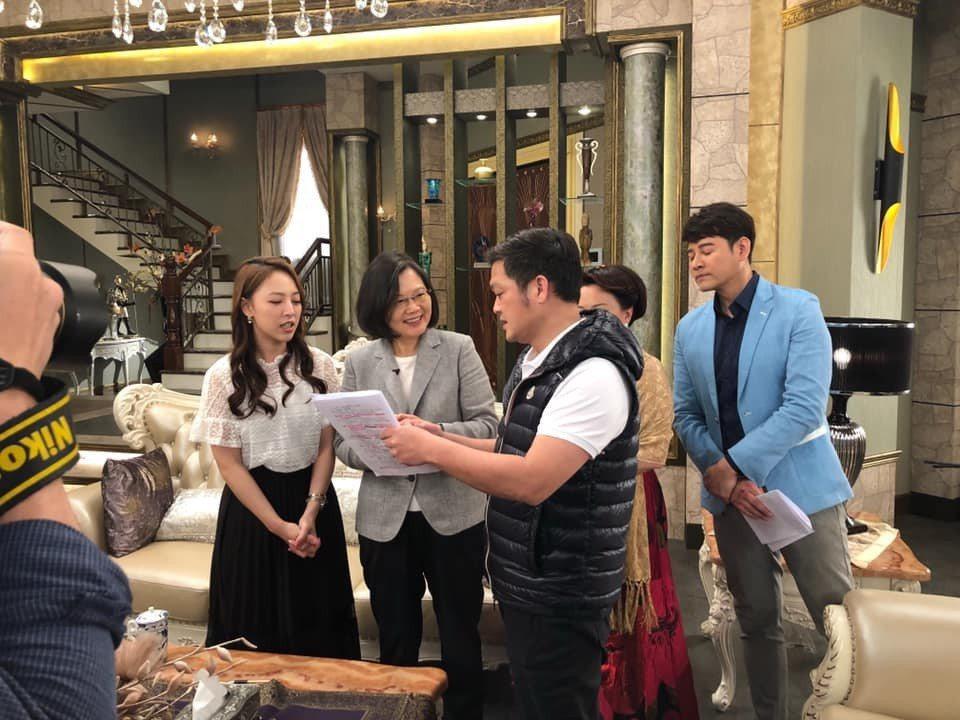 總統蔡英文(左二)今天探班三立「炮仔聲」。圖/摘自臉書