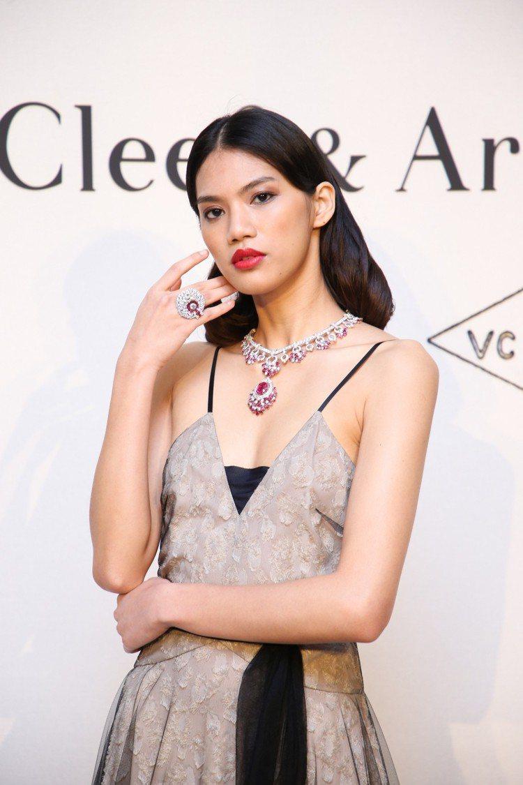 模特兒配戴Jardin de rubis項鍊,中央吊墜可轉換成別針配戴,白K金與...