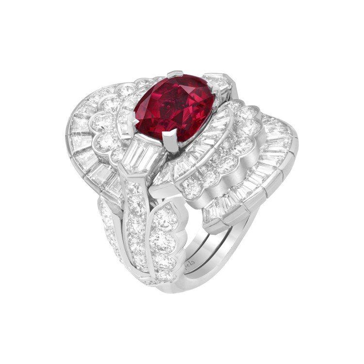 Amara可轉換式戒指,白K金鑲嵌4.01克拉的枕形切割紅寶石與鑽石。圖/梵克雅...