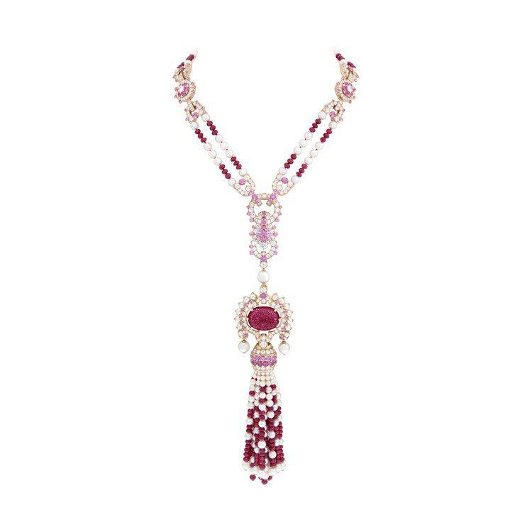 Priya長項鍊拆下後成為較短的項鍊,玫瑰金鑲嵌25.23克拉的雕刻紅寶石、21...