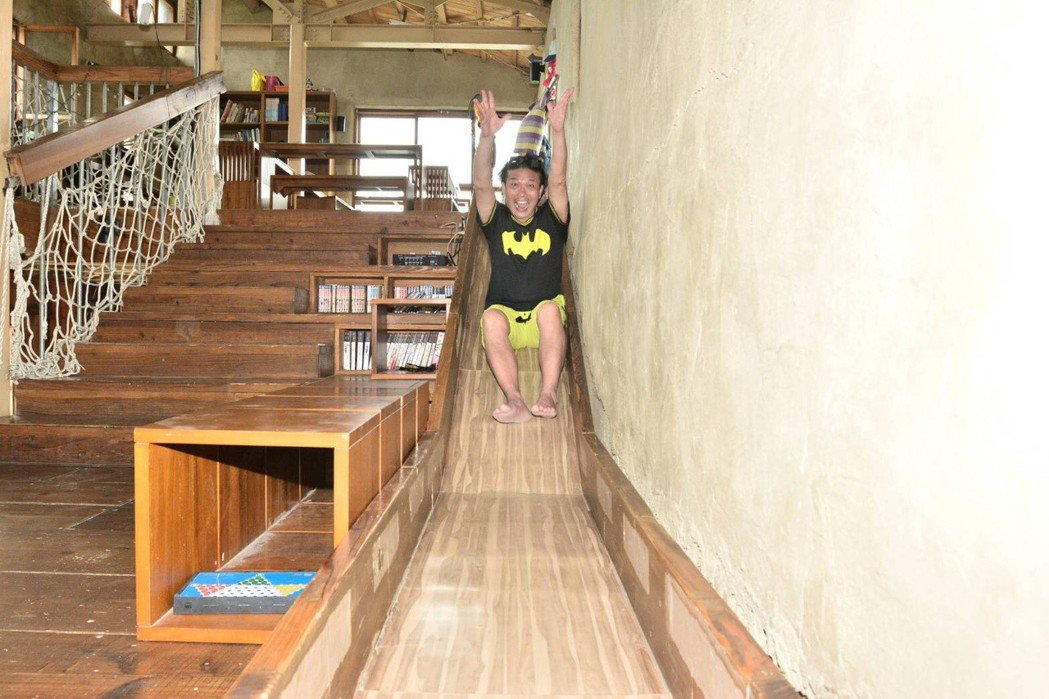 錢小豪到台東參觀孩子的書屋。圖/紅心字會提供