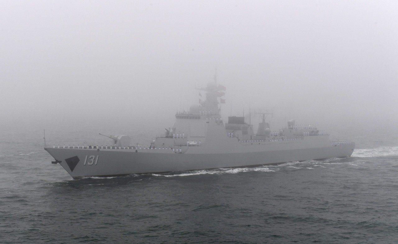 太原號導彈驅逐艦接受檢閱。(新華社)