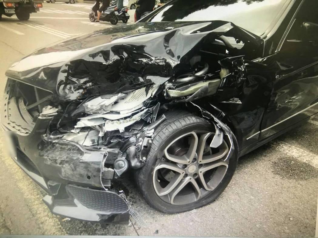台中市南屯區永春東路昨天上午發生一起曳引車撞賓士車的交通事故,肇事的許姓男子涉嫌酒駕,遭公共危險罪送辦,停在路旁的百萬賓士車無辜遭波及。記者陳宏睿/翻攝
