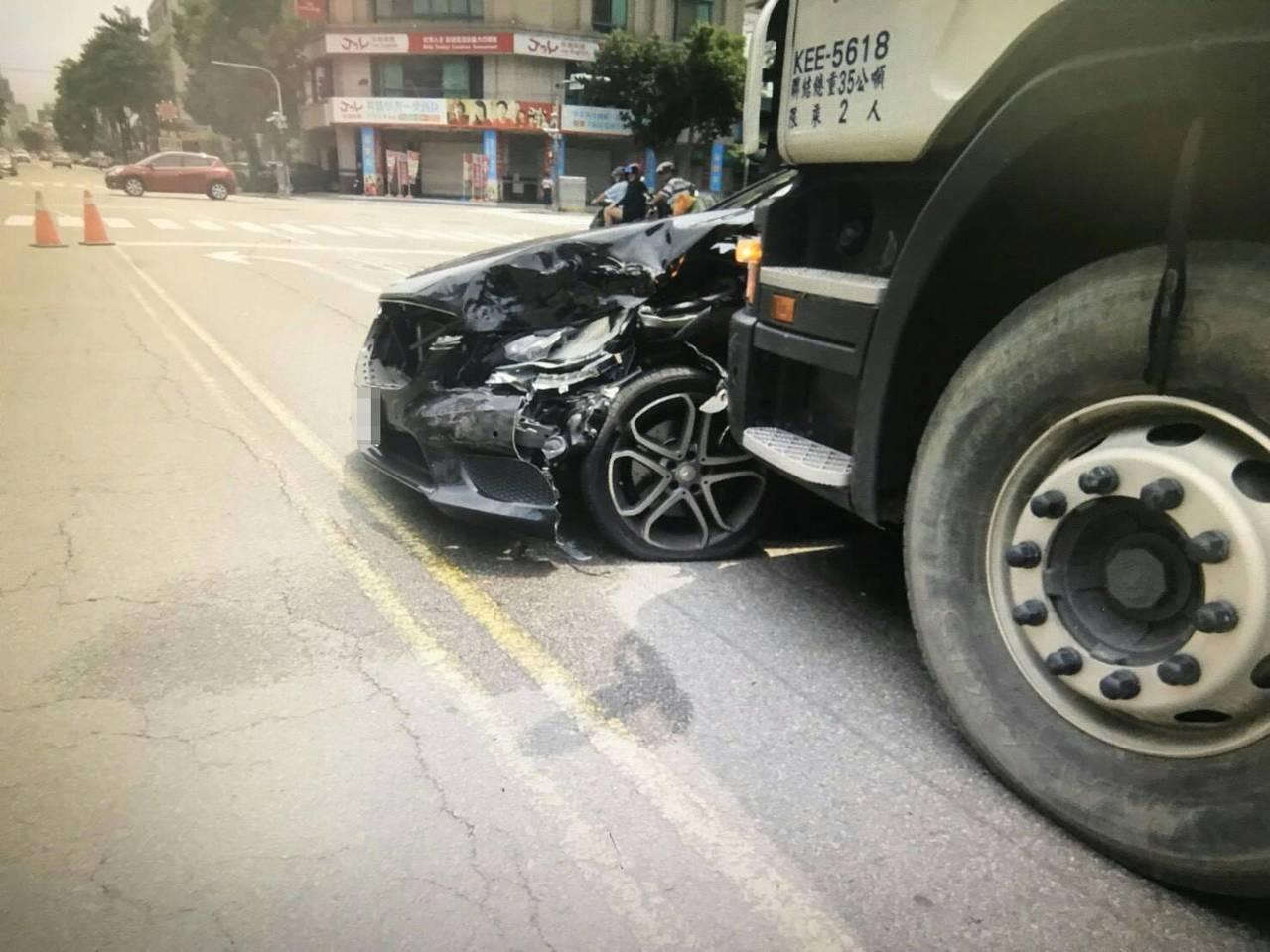 台中市南屯區永春東路昨天上午發生一起曳引車撞賓士車的交通事故,肇事的許姓男子涉嫌...