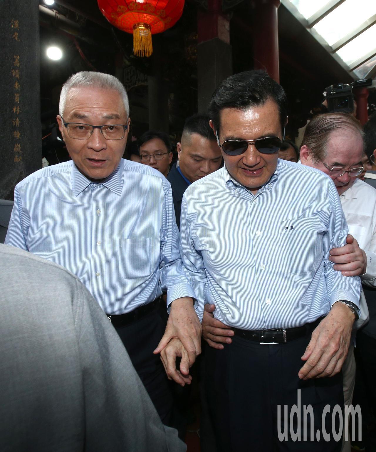 國民黨主席吳敦義(左)與前總統馬英九(右)下午出席三重先嗇宮活動後,吳敦義牽馬英...
