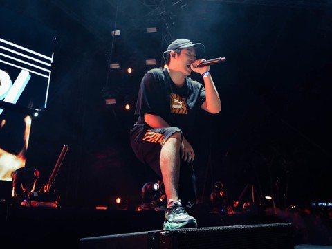 熊仔上周飛往新加坡,擔任「Sundown Festival亞洲音樂節」表演嘉賓,並跨刀與麻吉弟弟合唱,但因舞台設在海灘,登台的他發現觀眾散落各地,以火爆強大的氣場對著觀眾叫喊:「中文都懂嘛!叫你們往...