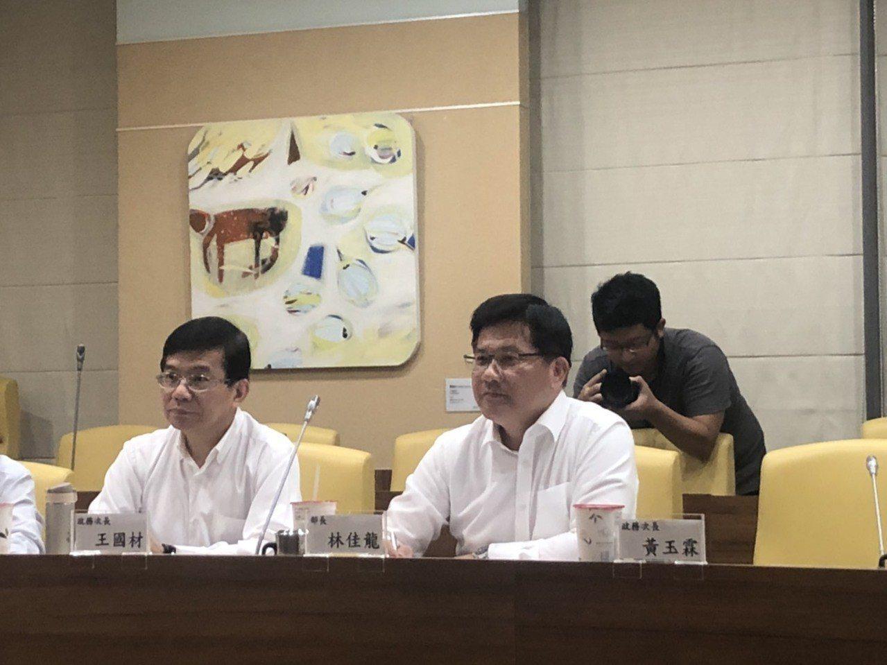 交通部長林佳龍今與媒體茶敘。記者侯俐安/攝影