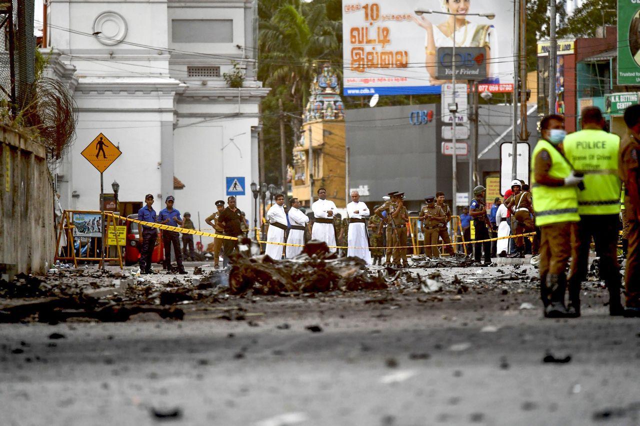 斯里蘭卡首都可倫坡的聖安東尼教堂21日遭炸彈攻擊,警方封鎖現場,穿著白長袍的牧師...