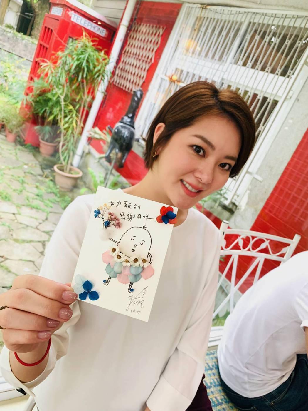 楊雅筑親手做卡片送粉絲。圖/TVBS提供