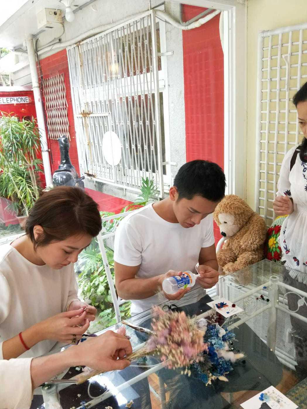 梁瀚名(右)、楊雅筑用心做卡片送給粉絲。圖/TVBS提供