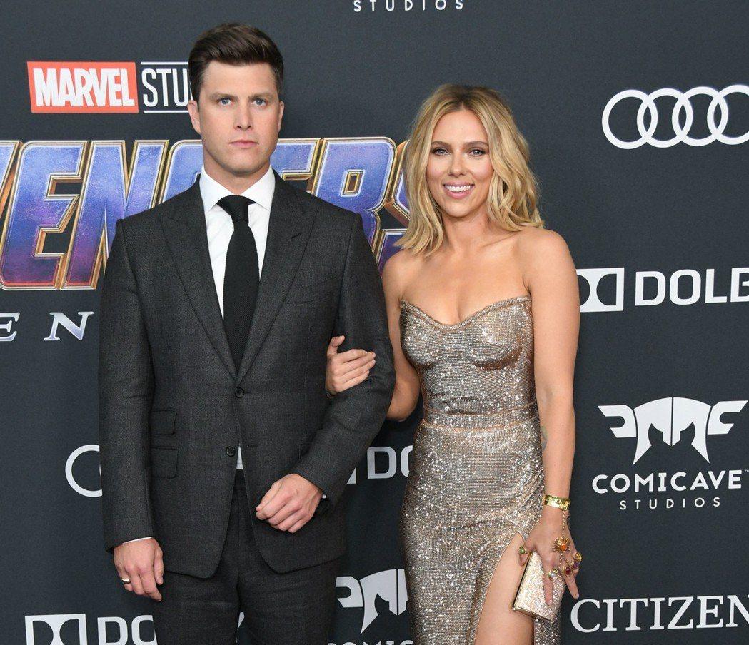 思嘉莉約翰森(右)帶著主持人男友柯林佑斯特出席「復仇者聯盟:終局之戰」首映會。圖