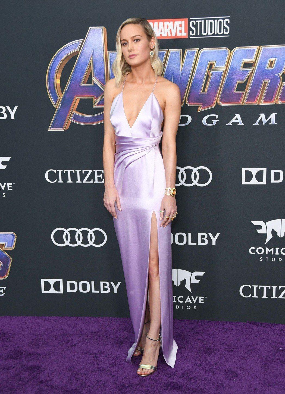 「驚奇隊長」布麗拉森以粉紫色洋裝登場,左手還戴著六色戒指,呼應反派「薩諾斯」的無...