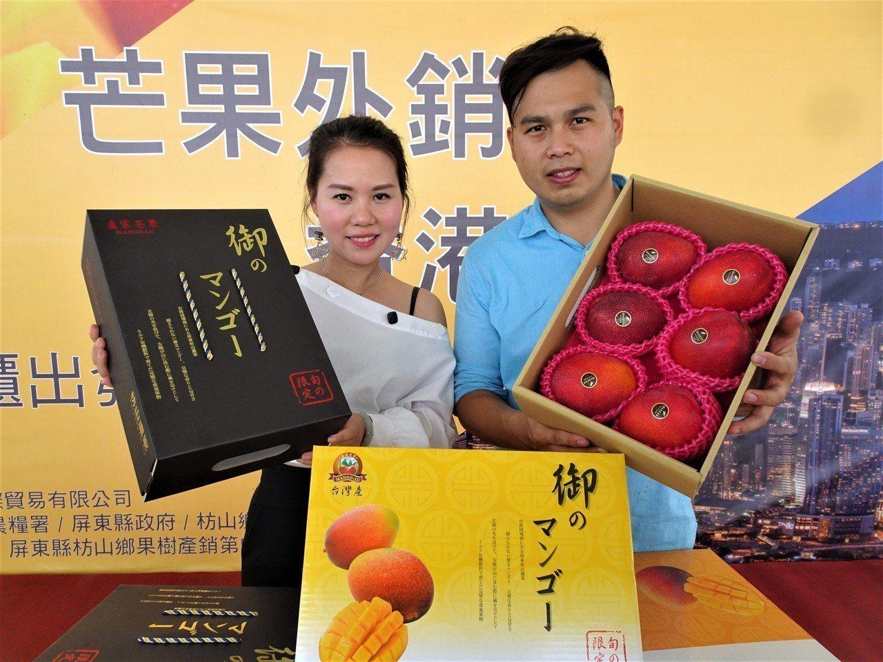 32歲的屏東縣枋山鄉果農盧旺昇(右),不斷創新技術栽植出自認「LV級」的頂級愛文...