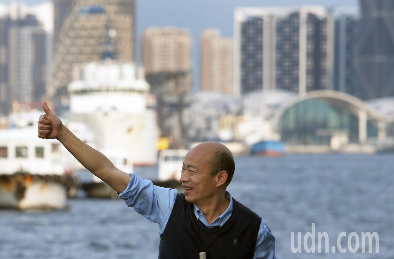 高雄市長韓國瑜昨天出席新遊港航班記者會,並揮手向民眾致意。記者劉學聖/攝影