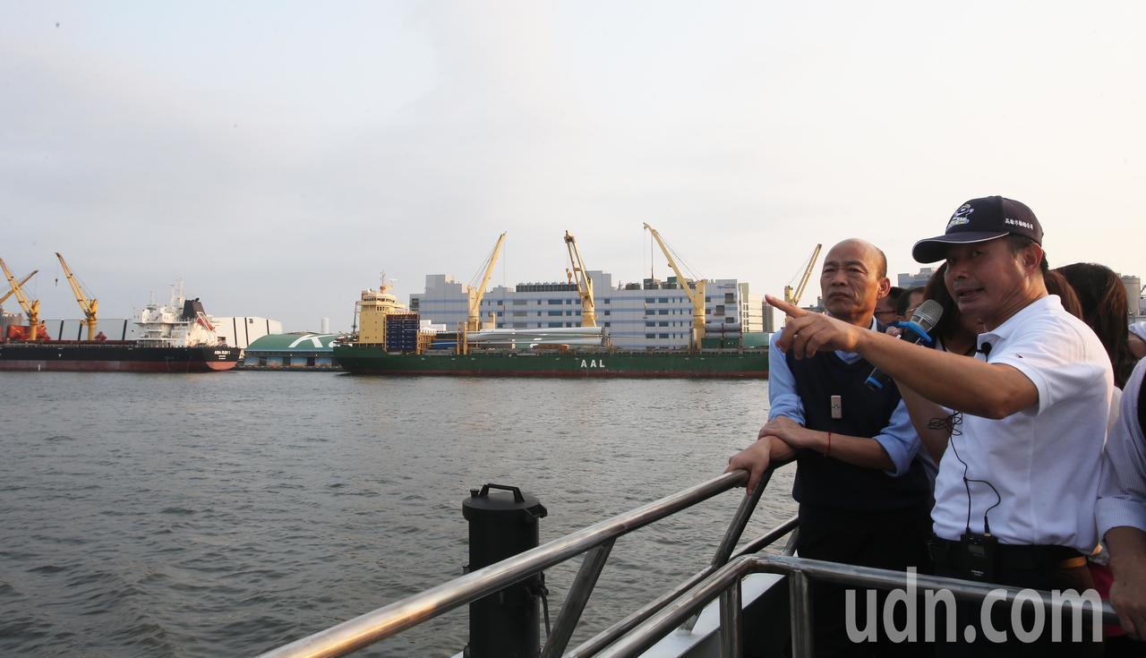 高雄市長韓國瑜今天下午出席高雄市輪船公司舉辦的新遊港航班記者會,並搭船直播介紹高...